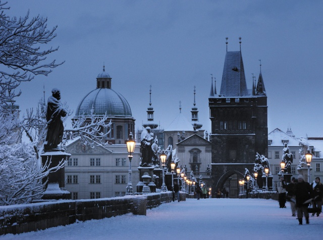 Prague_charles_bridge_winter